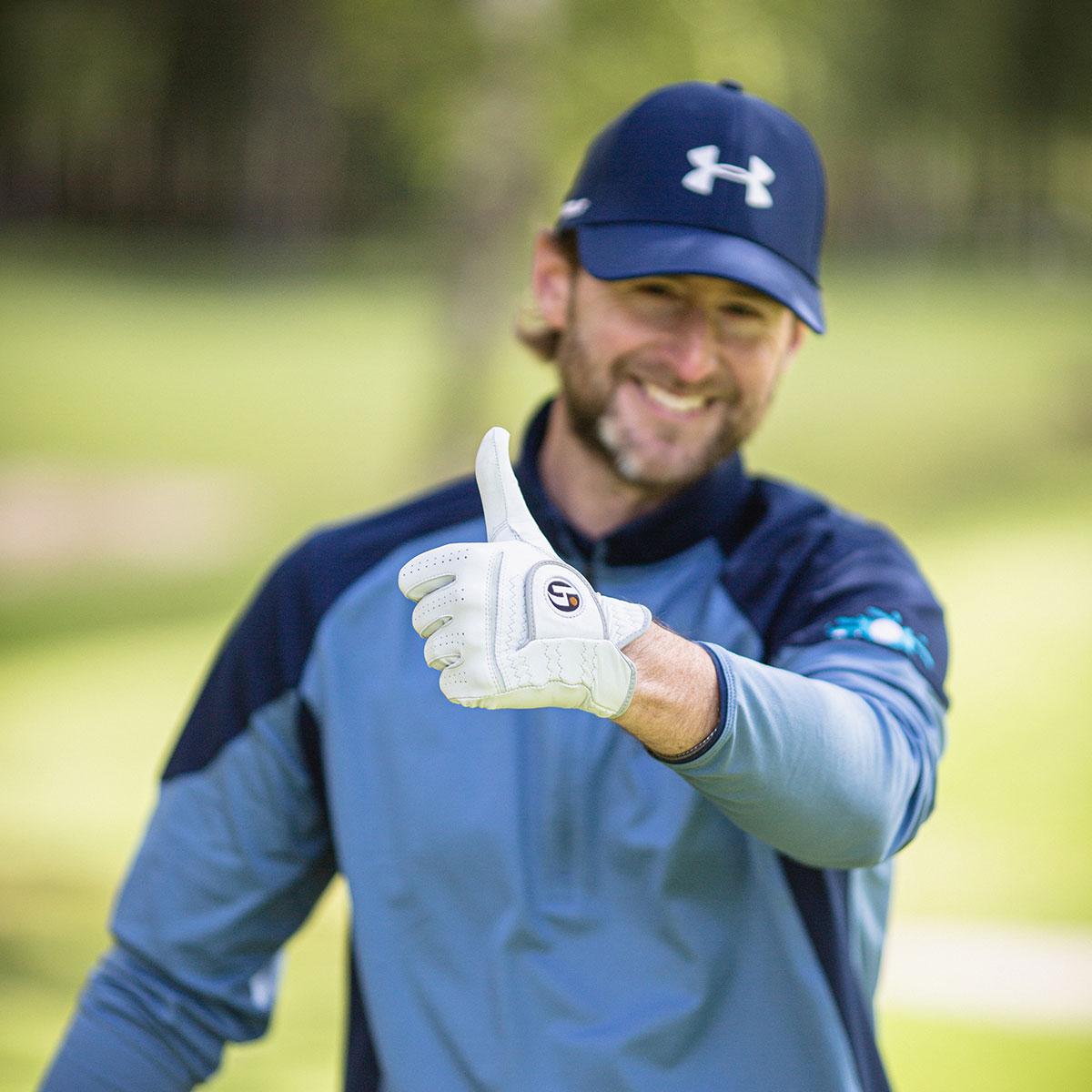 Glad Golfhäftet-spelare som gör tummen upp