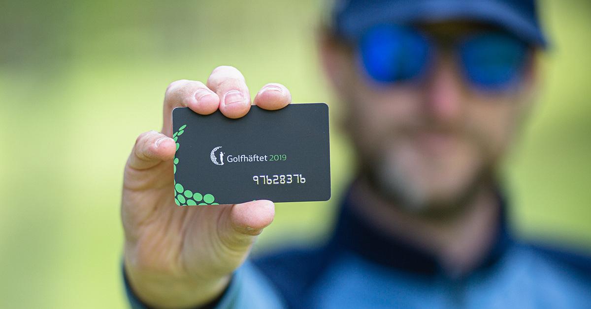 Golfspelare med Golfhäftet i handen