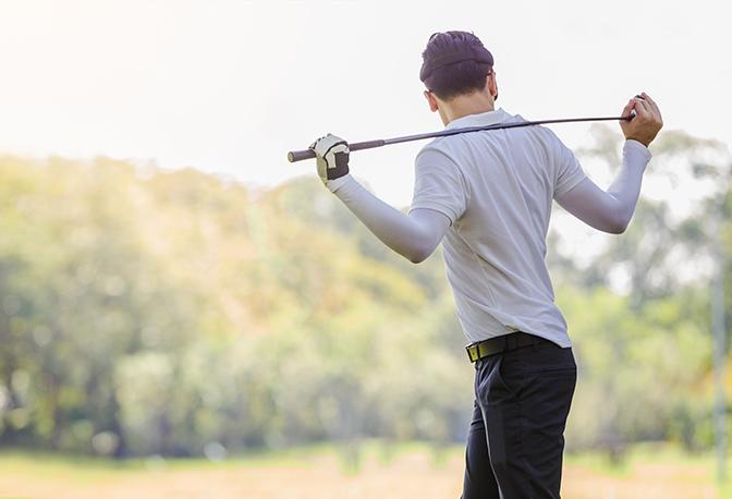 Golfer wärmt sich auf