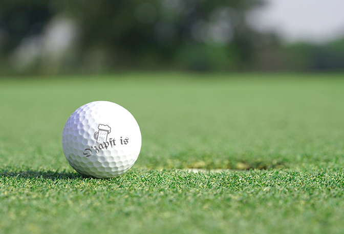 Ozapft is Golfball auf dem Grün