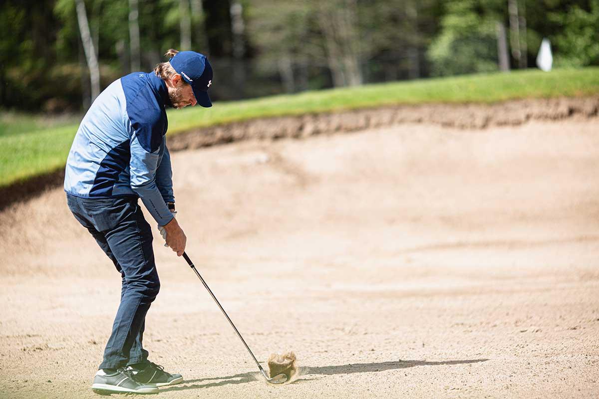 Golfer schlägt aus dem Bunker