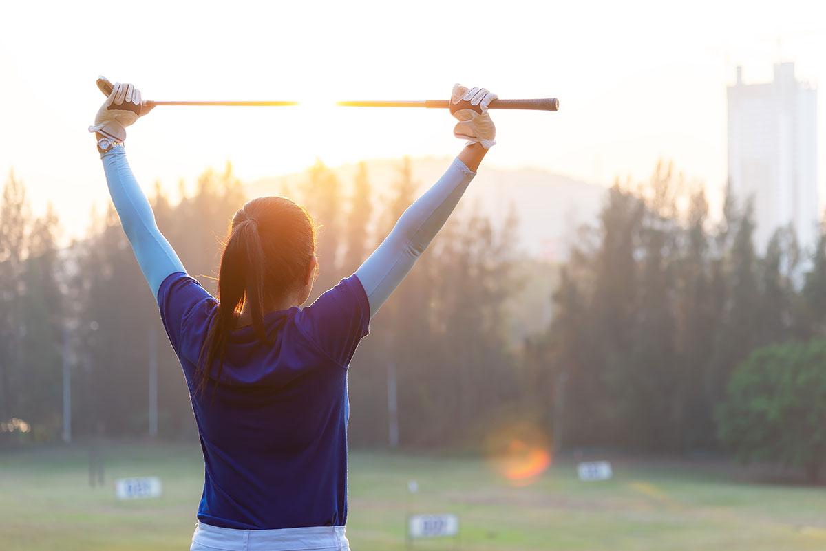 Golferin wärmt sich auf