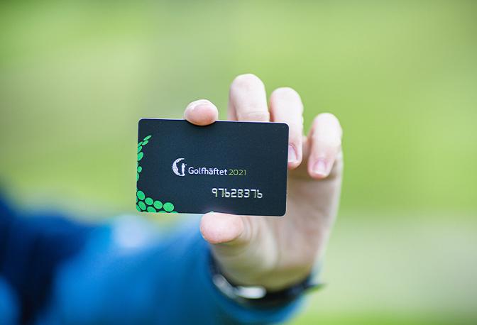 Golfer hält Golfhäftet 2021 Karte