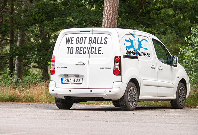 Out of Bounds Auto mit WE GOT BALLS TO RECYCLE Schriftzug
