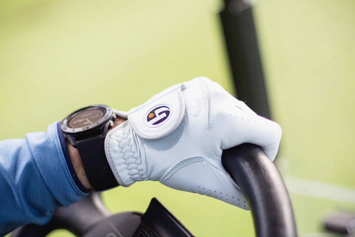 Klockan och handske i golfbil