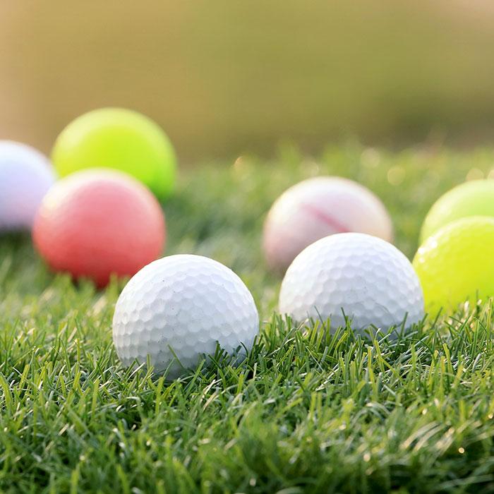 Färgade golfbollar