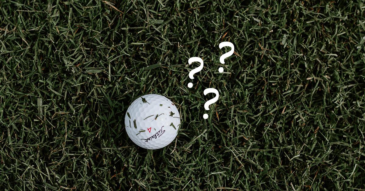 Titleistboll i gräs