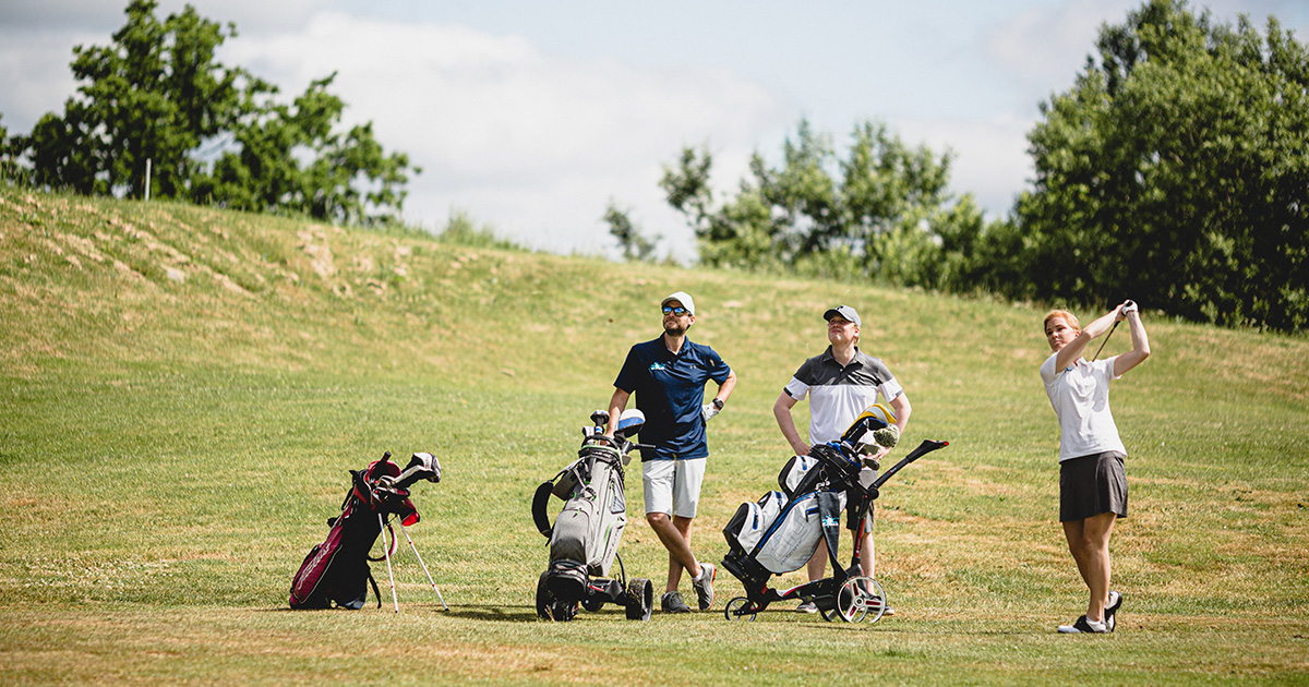Golfspelare med bärbag och vagnbag