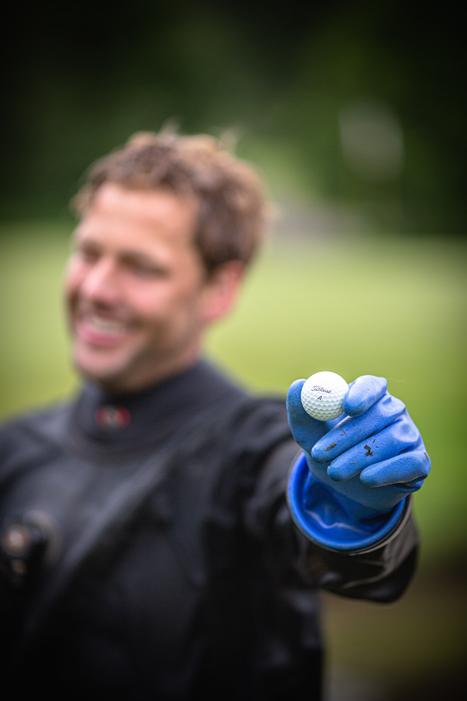 En dykker viser en Pro V1 golfbold