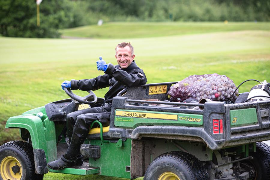 Transport af golfbolde med en John Deere