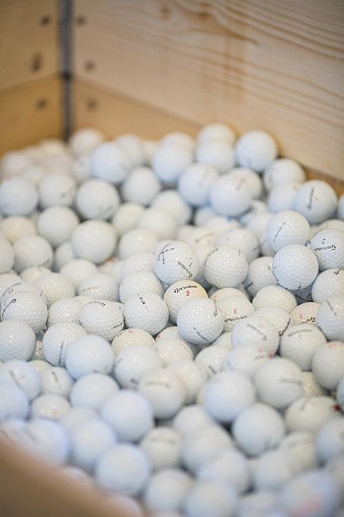 Zoom eines Golfballs auf Palette