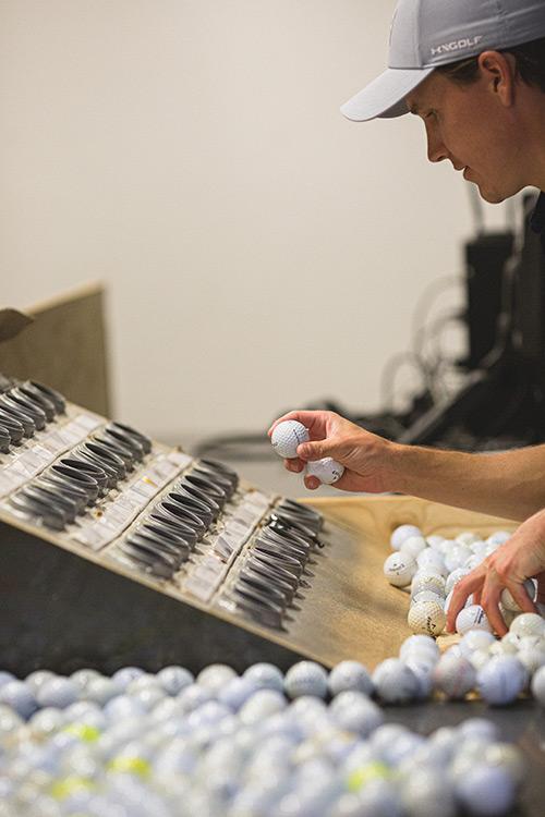 Hand sortiert Golfbälle