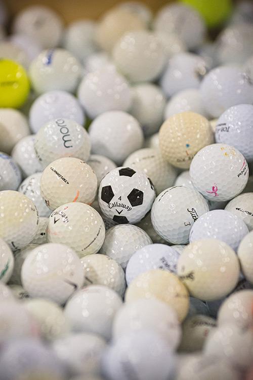 Callaway Golfball inmitten von Golfbällen