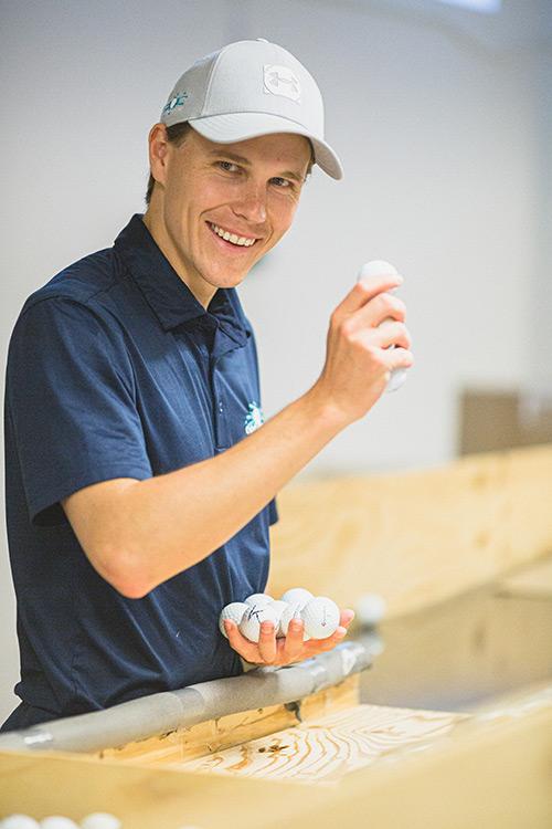 Alexander Åkerström sortiert Golfbälle