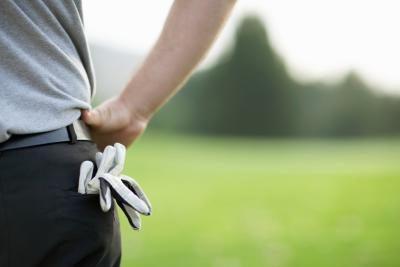 Golfhandsken sticker upp ur bakfickan på en golfare
