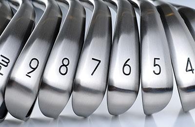 En snygg rad med golfklubbor i ett järnset
