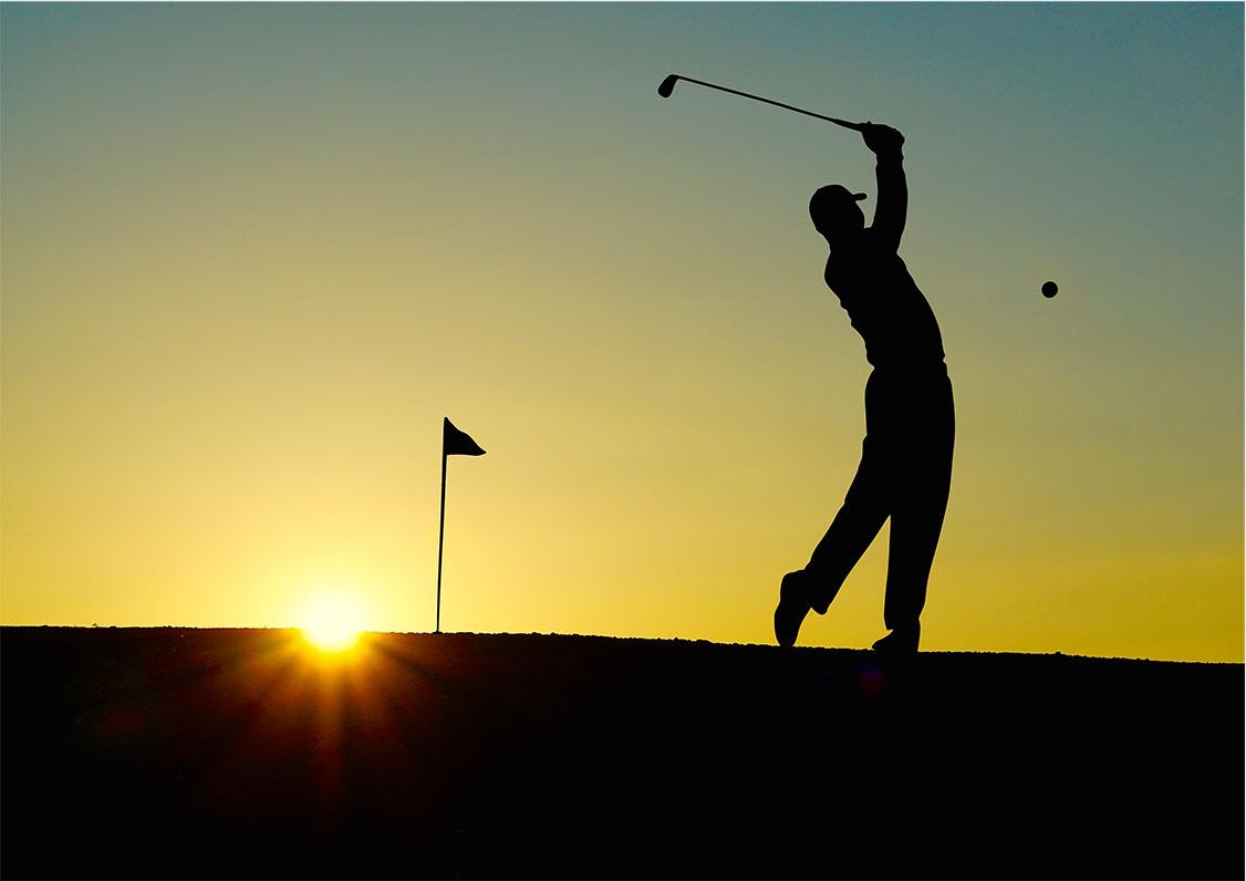 Golfspelare i solnedgång som är på turné med Golfhäftet